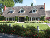 Het huis van de luxe met grote frontyard Stock Afbeelding