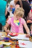 Het huis van de meisjestekening op familiefestival Royalty-vrije Stock Foto's