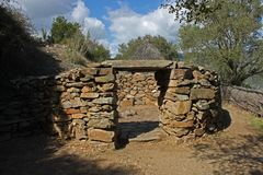 Het huis van de Nuraghicsteen bij Su Tempiesu dicht bij Orune op Sardinige royalty-vrije stock fotografie