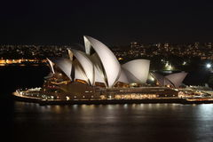 Het huis van de opera in Sydney bij nacht Stock Foto's