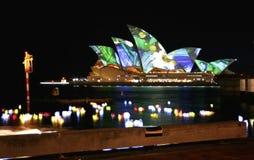 Het Huis van de Opera van Sydney, Australië, gekleurde lichten Royalty-vrije Stock Foto's