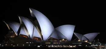 Het Huis van de Opera van Sydney bij nacht stock foto's