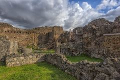 Het huis van de oude Roman ruïnes, een deel van de Unesco-Plaatsen van de Werelderfenis Het wordt gevestigd dichtbij Napels stock foto's