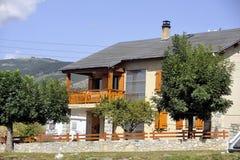 Het huis van de Pyreneeën met chalet-stijl architectuur royalty-vrije stock foto