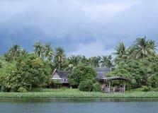 Het huis van de rivier tijdens moesson in Thailand stock foto