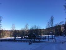 Het huis van de sneeuwwinter in de bergen Stock Afbeeldingen