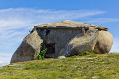 Het huis van de steen in de bovenkant van een moutain Stock Foto's