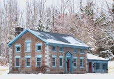 Het huis van de steen in de winter Stock Foto's
