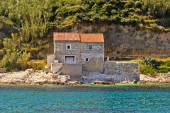 Het huis van de steen op strand in Susak Stock Foto's