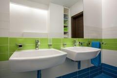 Het huis van de travertijn - badkamers royalty-vrije stock afbeelding