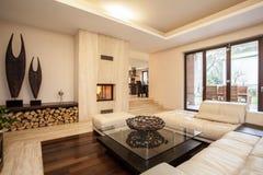 Het huis van de travertijn: beige woonkamer stock foto