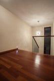 Het huis van de travertijn - bruine houten vloer stock foto