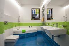 Het huis van de travertijn - eigentijdse badkamers stock foto