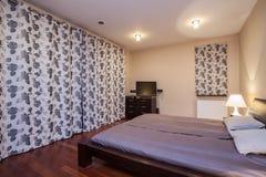 Het huis van de travertijn - elegante slaapkamer royalty-vrije stock foto