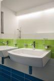 Het huis van de travertijn - moderne badkamers stock foto's