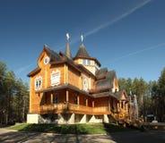 Het huis van de vadervorst in de zomer Royalty-vrije Stock Foto
