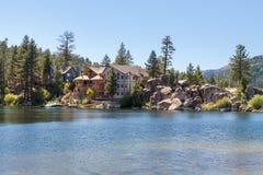 Het huis van de vakantie op het meer stock afbeeldingen