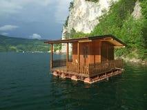 Het huis van de vrije tijd op meer. Stock Foto