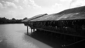 Het huis van de waterkant Stock Foto's