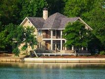 Het huis van de waterkant - het Hoge Meer van de Rots, NC royalty-vrije stock foto