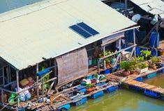 Het huis van de waterwoning bij het landbouwbedrijf van het vissenfokken in Vietnam Stock Foto