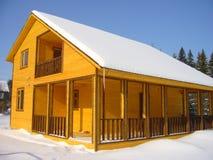Het huis van de winter met het balkon Stock Foto