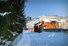 Het huis van de winter in sparrenbos Stock Fotografie