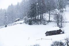 Het huis van het de wintersprookje in het bergbos Stock Afbeelding