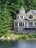 Het huis van de zomer op een rivier stock foto's