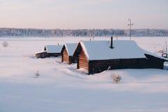 Het huis van het dorp op rand van sneeuw vector illustratie