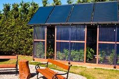 Het huis van het Ecoglas met zonnepanelen stock foto's
