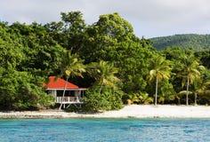 Het huis van het eiland op een strand Royalty-vrije Stock Fotografie