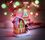 Het huis van het fabelachtige Nieuwjaar op de achtergrond van spartakken Royalty-vrije Stock Fotografie