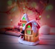 Het huis van het fabelachtige Nieuwjaar op de achtergrond van spartakken Royalty-vrije Stock Afbeelding