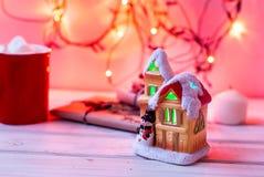 Het huis van het fabelachtige Nieuwjaar op de achtergrond van spartakken Stock Afbeeldingen