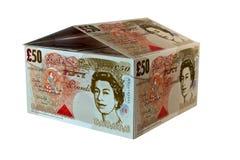 Het huis van het geld van ponden op een witte achtergrond Stock Foto's