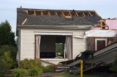 Het Huis van het Huis van Damge van het Onweer van de tornado dat door Wind wordt vernietigd Royalty-vrije Stock Afbeeldingen