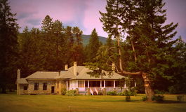 Het huis van het land met portiek Royalty-vrije Stock Afbeelding