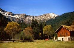 Het huis van het landbouwbedrijf in de vallei Stock Foto