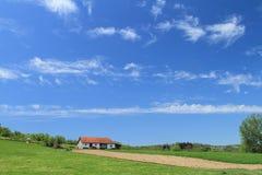 Het huis van het landbouwbedrijf en gecultiveerd land royalty-vrije stock afbeeldingen
