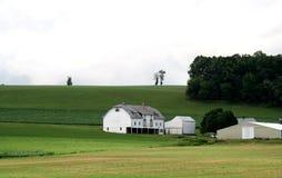 Het Huis van het landbouwbedrijf met Schuur op Heuvel royalty-vrije stock fotografie