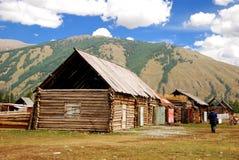 Het huis van het logboek in Altai berg, Urumqi, Xinjiang Royalty-vrije Stock Afbeeldingen