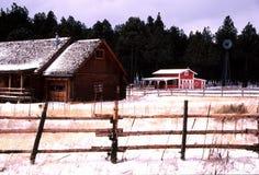 Het huis van het logboek in de wintersneeuw Royalty-vrije Stock Foto's