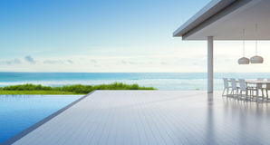Het huis van het luxestrand met overzees menings zwembad en leeg terras in modern ontwerp, het Openlucht dineren bij vakantiehuis Royalty-vrije Stock Afbeelding