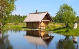 Het huis van het platteland bij het meer Stock Afbeelding