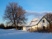 Het huis van het plattelandshuisje in de winter Stock Afbeelding