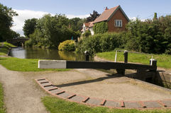 Het huis van het plattelandshuisje naast kanaal Royalty-vrije Stock Afbeeldingen