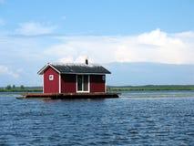 Het huis van het ponton op een rivier Stock Afbeeldingen