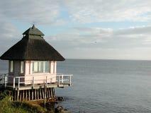 Het huis van het strand in het noorden seeland royalty-vrije stock fotografie