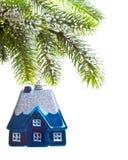 Het huis van het stuk speelgoed op de boom-droom van een Nieuwjaar over huis Royalty-vrije Stock Foto's